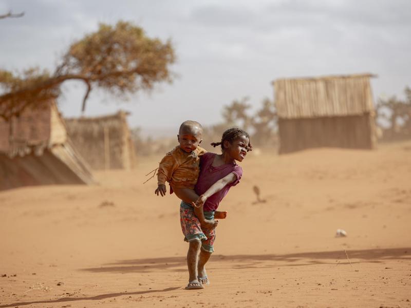 Kinder im Süden Madagaskars. Auf dem vor Afrikas Ostküste gelgenen Inselstaat gefährdet die schlimmste Dürre seit 40 Jahren das Leben hunderttausender Menschen. Foto: Tsiory Andriantsoarana/WFP/dpa
