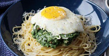 Wie gemalt: Die Nudeln sehen aus wie ein Nest mit einem Spinat-Ricotta-Häubchen, das schließlich mit einem Ei gekrönt wird. Foto: Mareike Pucka/biskuitwerkstatt.de/dpa-tmn