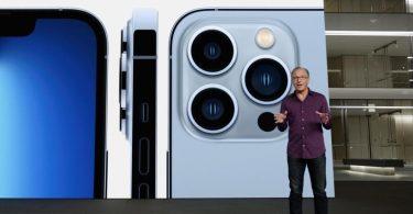 Schnellere Chips, bessere Kameras:Apple-Marketingchef Greg Joswiak präsentiert das neue iPhone 13 Pro. Foto: -/Apple/dpa