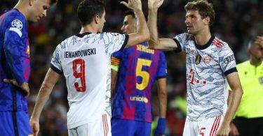 Robert Lewandowski (2.v.l.) und Thomas Müller (r) führten den FC Bayern zum Sieg. Foto: Joan Monfort/AP/dpa