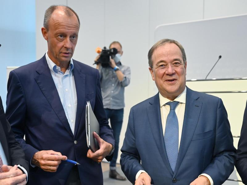 Die CDU-Politiker Friedrich Merz (l) und Armin Laschet sprechen sich gegen Steuererhöhungen aus. Foto: Bernd Weißbrod/dpa