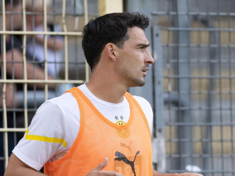 Steht gegen Besiktas in der BVB-Startelf: Dortmunds Abwehrspieler Mats Hummels macht sich warm. Foto: Philipp von Ditfurth/dpa