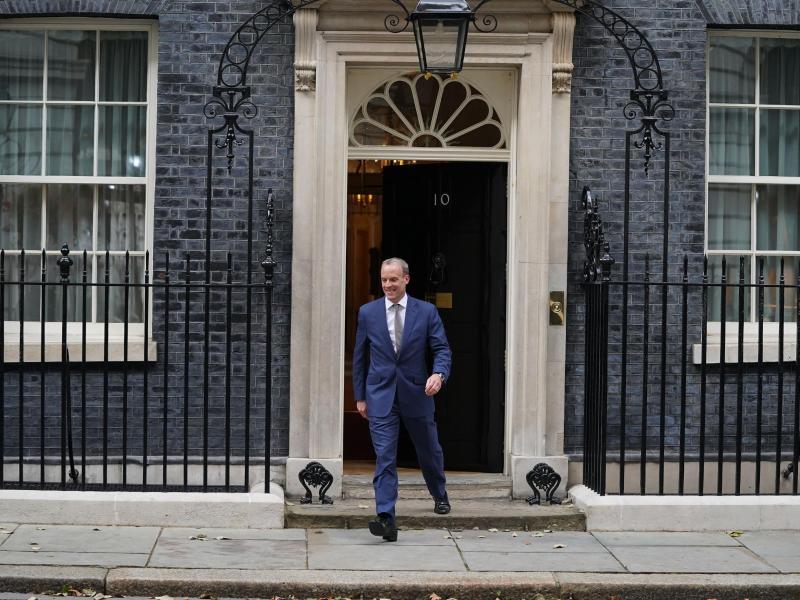 Dominic Raab verlässt die 10 Downing Street. Er wechselt vom Außenministerium ins Justizministerium. Foto: Stefan Rousseau/PA Wire/dpa