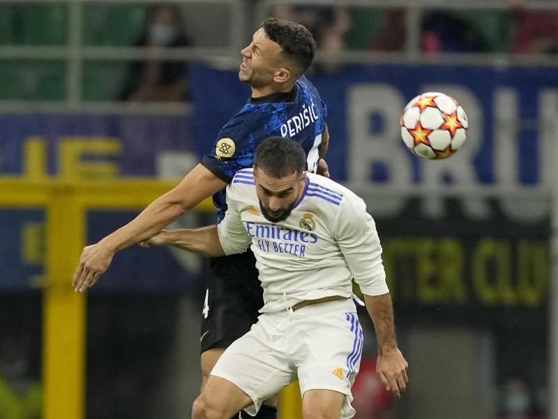 Dani Carvajal (vorn) von Real Madrid kämpft mit Ivan Perisic (hinten von Inter Mailand um den Ball. Foto: Antonio Calanni/AP/dpa