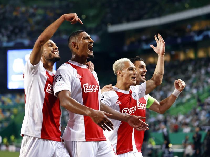 Die Spieler von Ajax Amsterdam feiern das 5:1 gegen Sporting und den vierfachen Torschützen Sebastien Haller (2.v.l.). Foto: Maurice Van Steen/ANP/dpa