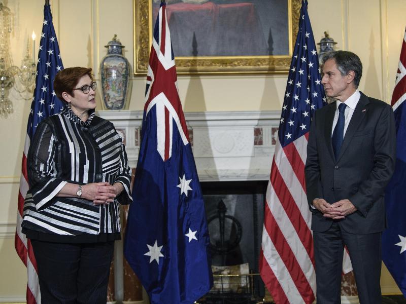 US-Außenminister Antony Blinken (r) und Australiens Außenministerin Marise Payne unterhalten sich in Washington. Foto: Nicholas Kamm/Pool AFP/AP/dpa