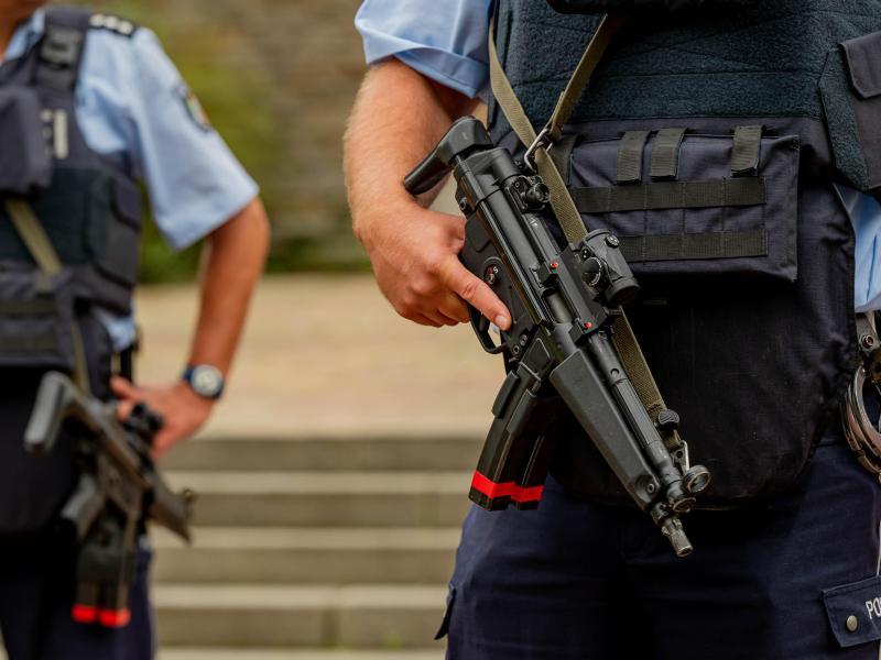 Schwerbewaffnete Polizisten vor der Synagoge in Hagen. Foto: Markus Klümper/Sauerlandreporter/dpa