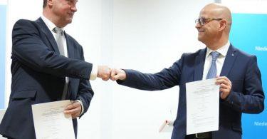 Einig: GDL-Chef Claus Weselsky (l) und Bahn-Personalvorstand Martin Seiler. Foto: Kay Nietfeld/dpa