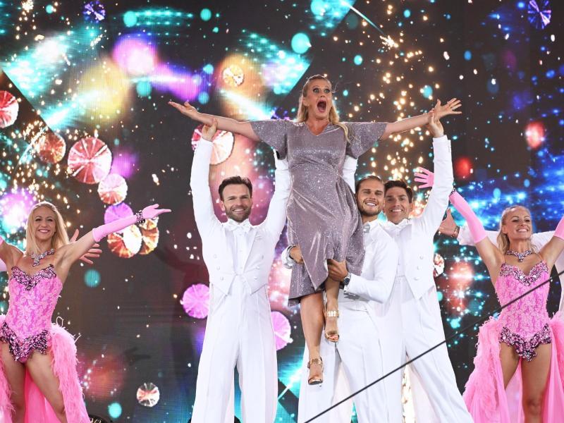 Mit Schwung in den Abend:Barbara Schöneberger lässt sich von «Let's Dance»-Gewinner Rúrik Gíslason auf Händen tragen. Foto: Henning Kaiser/dpa