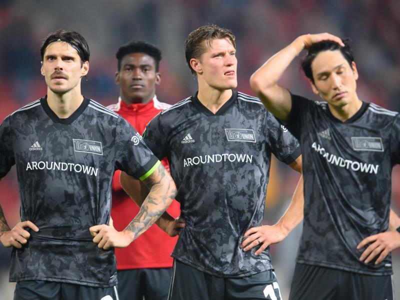 Nach der Niederlage bei Slavia Prag werden die enttäuschten Spieler vom 1. FC Union Berlin von den mitgereisten Fans laut gefeiert. Foto: Robert Michael/dpa-Zentralbild/dpa