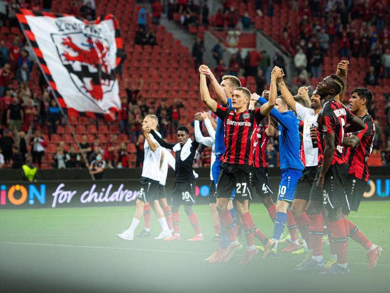Die Leverkusener Spieler jubeln nach der Partie mit den Fans. Foto: Marius Becker/dpa