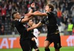Frankfurts Torschütze Sam Lammers (r) und Rafael Santos Borré jubeln nach dem Tor zum 1:1 gegen Fenerbahce. Foto: Arne Dedert/dpa