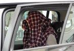 Mit Hemd über dem Kopf:Nach seiner Festnahme sitzt ein Mann in einem Auto der Einsatzkräfte. Foto: Alex Talash/dpa