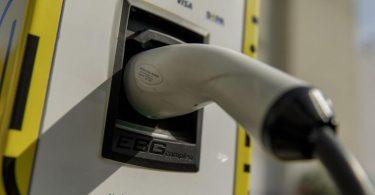 App oder Karte? Wie zahlt man am einfachsten an der Ladestation für Elektroautos?. Foto: Carsten Koall/dpa