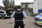 Polizisten bewachen die Synagoge in Hagen. Foto: Roberto Pfeil/dpa