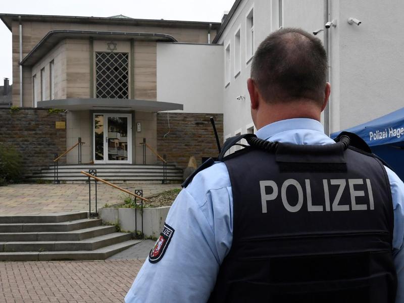 Die Polizei Hagen bewacht jetzt die Synagoge. Foto: Roberto Pfeil/dpa