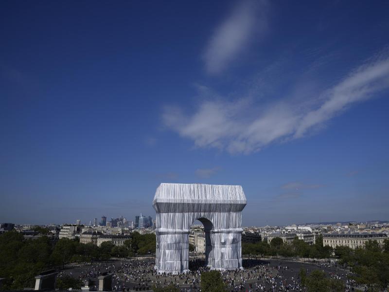 Der verhüllte Triumphbogen soll im Wind lebendig werden. Foto: Francois Mori/AP/dpa