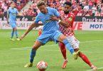 Freiburgs Lucas Höler versucht den Ball vor dem attackierenden Mainzer Jeremiah St. Juste abzuschirmen. Foto: Torsten Silz/dpa