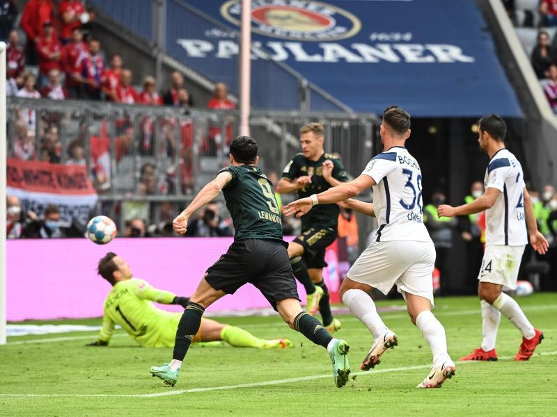Bayerns Joshua Kimmich (M) trifft mit seinem zweiten Tor zum 6:0 gegen den VfL Bochum. Foto: Sven Hoppe/dpa