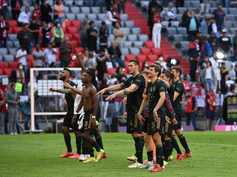 Bayerns Spieler feiern nach der fulminanten Partie den Sieg gemeinsam mit den Fans. Foto: Sven Hoppe/dpa