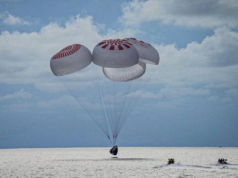 Eine SpaceX-Kapsel mit vier Personen an Bord geht vor der Küste Floridas in den Atlantik nieder. Foto: Uncredited/SpaceX via AP/dpa