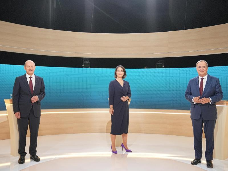 Kanzlerkandidat Olaf Scholz (SPD, l-r), Kanzlerkandidatin Annalena Baerbock (Bündnis90/Die Grünen) und Kanzlerkandidat Armin Laschet (CDU) beim vorangegangenen Triell. Foto: Michael Kappeler/dpa-Pool/dpa