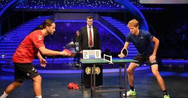Alexander Zverev (r) spielt in der ProSieben-Show «Schlag den Star» gegen Silvio Heinevetter Tischtennis. Foto: Willi Weber/ProSieben/dpa