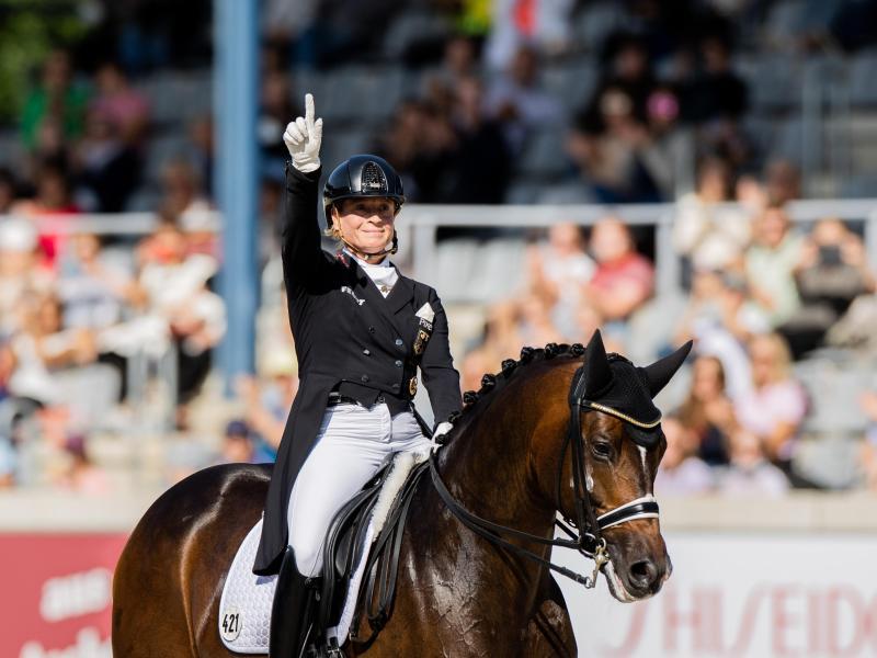 Isabell Werth freut sich auf ihrem Pferd «Quantaz» über den Sieg. Foto: Rolf Vennenbernd/dpa