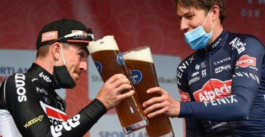 John Degenkolb (l) stößt mit Eschborn-Frankfurt-Sieger Jasper Philipsen an. Foto: Arne Dedert/dpa