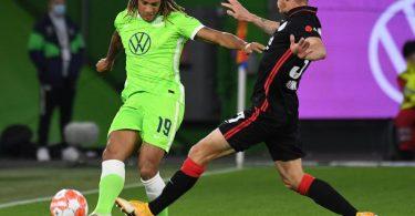 Wolfsburgs Kevin Mbabu (l) im Zweikampf mit Frankfurts Erik Durm. Foto: Swen Pförtner/dpa