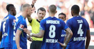 Leverkusen spielte nach einem Platzverweis von Robert Andrich (M) lange Zeit in Unterzahl. Foto: Tom Weller/dpa