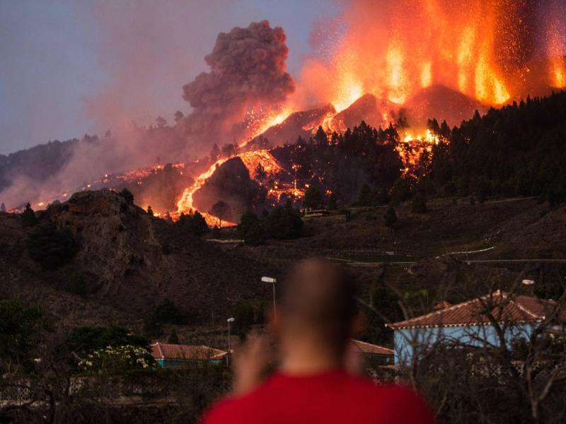 Lava läuft aus dem Vulkan Cumbre Vieja auf La Palma. Auf der spanischen Kanareninsel ist erstmals seit 50 Jahren wieder ein Vulkan ausgebrochen. Foto: Arturo Jimenez/dpa