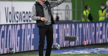 Frankfurts Trainer Oliver Glasner gestikuliert am Spielfeldrand. Foto: Swen Pförtner/dpa