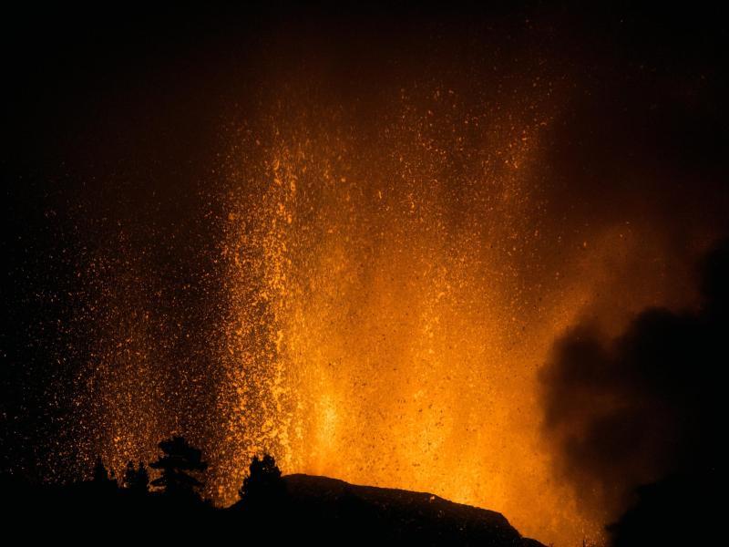 Lava wird in den Himmel geschleudert. Foto: Jonathan Rodriguez/AP/dpa