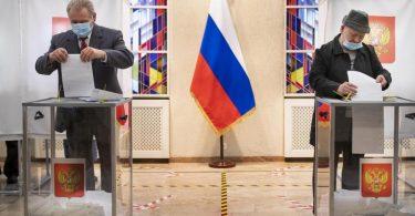 Russische Bürger geben ihre Stimmzettel ab. Foto: Mindaugas Kulbis/AP/dpa