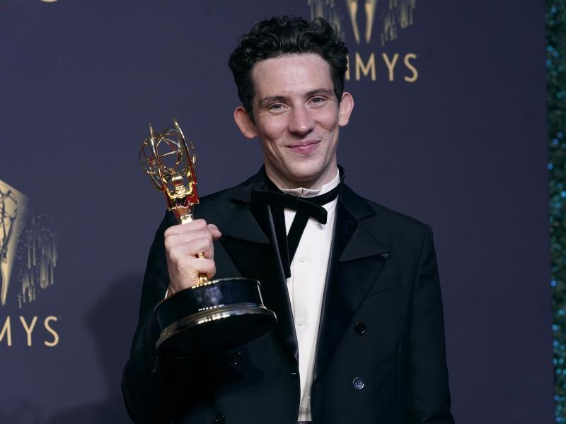 """Josh O'Connor, Gewinner des Preises für den herausragenden Hauptdarsteller in einer Dramaserie für """"The Crown"""", posiert bei den Emmy Awards. Foto: Chris Pizzello/Invision via AP/dpa"""