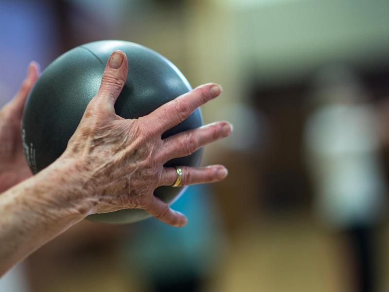 Ballspielen und dabei Singen: Das ist nur eine von vielen möglichen Dual-Task-Übungen. Foto: Andreas Arnold/dpa/dpa-tmn
