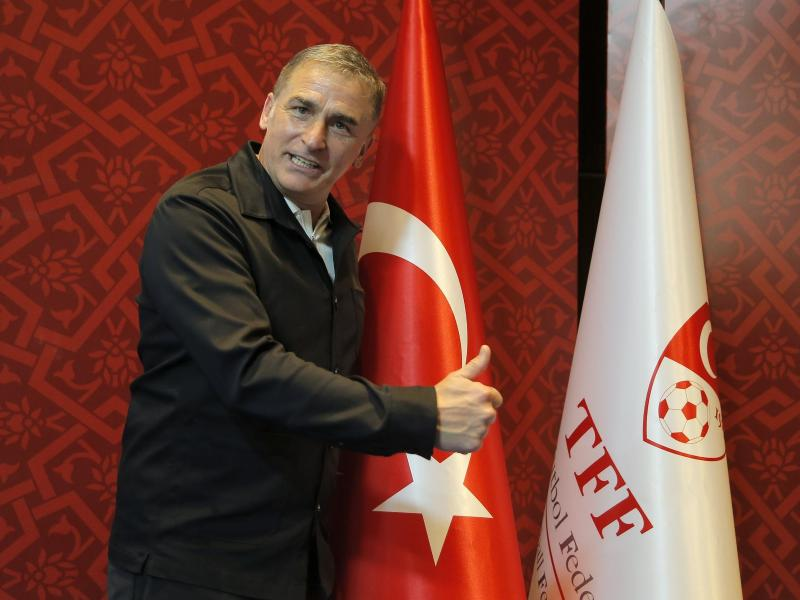 Stefan Kuntz posiert nach seiner Ernennung zum Cheftrainer der Fußballnationalmannschaft der Türkei. Foto: Uncredited/AP/dpa