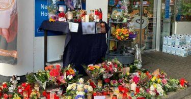 Blumen und Kerzen sind vor der Aral-Tankstelle in Idar-Oberstein aufgestellt. Foto: Birgit Reichert/dpa