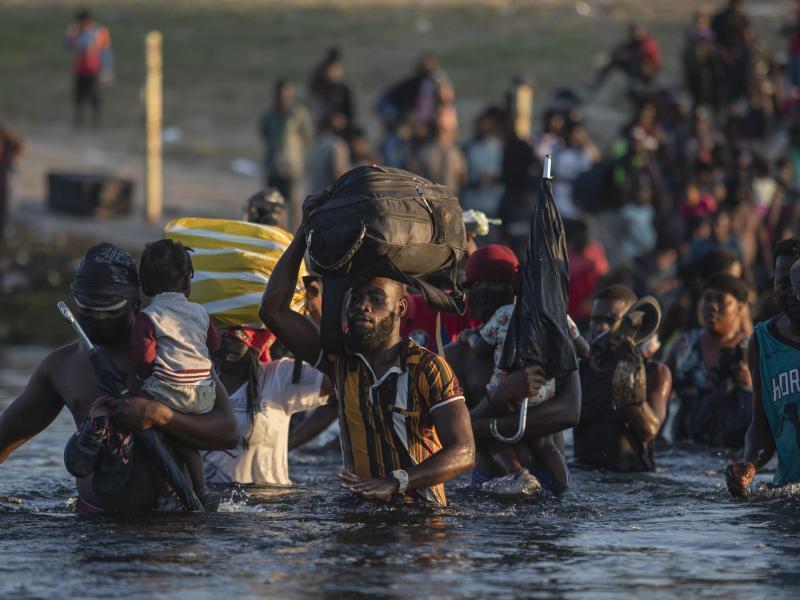 Die Menschen versuchen nach Ciudad Acuna, Mexiko, zurückzukehren und der Abschiebung aus den USA zu entgehen. Foto: Felix Marquez/AP/dpa