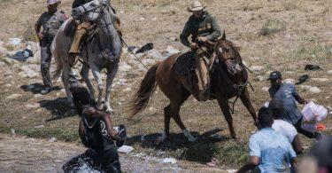 Beamte der US-Zoll- und Grenzschutzbehörde versuchen auf Pferden, Migranten an der Überquerung des Grenzflusses Rio Grande zu hindern. Foto: Felix Marquez/AP/dpa