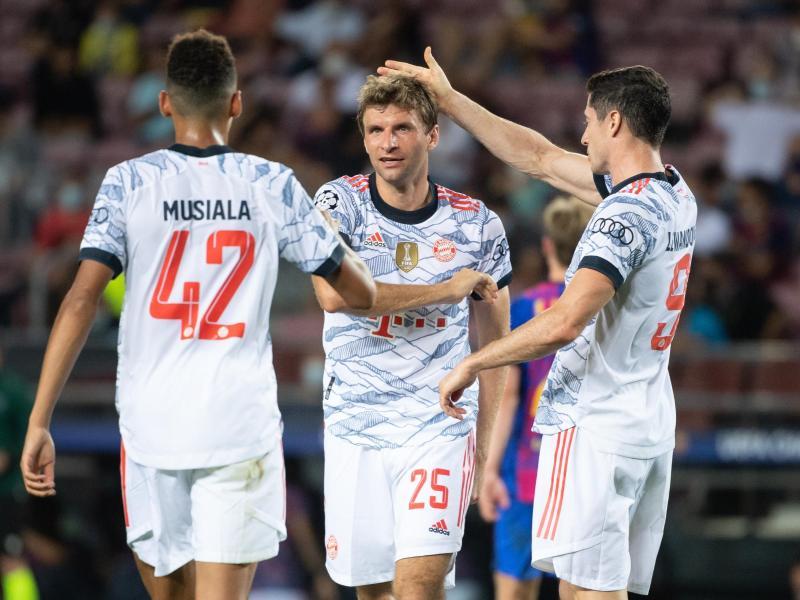 Auch die Trikots der Bayern-Stars um Jamal Musiala, Thomas Müller und Robert Lewandowski (l-r) sorgten für Aufsehen. Foto: Sven Hoppe/dpa