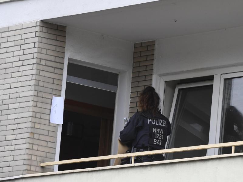 Ermittler durchsuchen ein Mehrfamilienhaus in Hagen. Foto: Roberto Pfeil/dpa