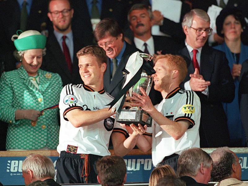 Oliver Bierhoff (M.), Matthias Sammer (r) und Co. wurden 1996 Fußball-Europameister. Foto: Oliver Multhaup/dpa