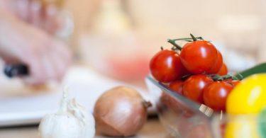 Kommt die Bio-Tomate aus Spanien, hat sie keine gute CO2-Bilanz. Denn sie wird mit einem sehr hohen Wasserverbrauch erzeugt und hat einen langen Transportweg hinter sich. Foto: Christin Klose/dpa-tmn