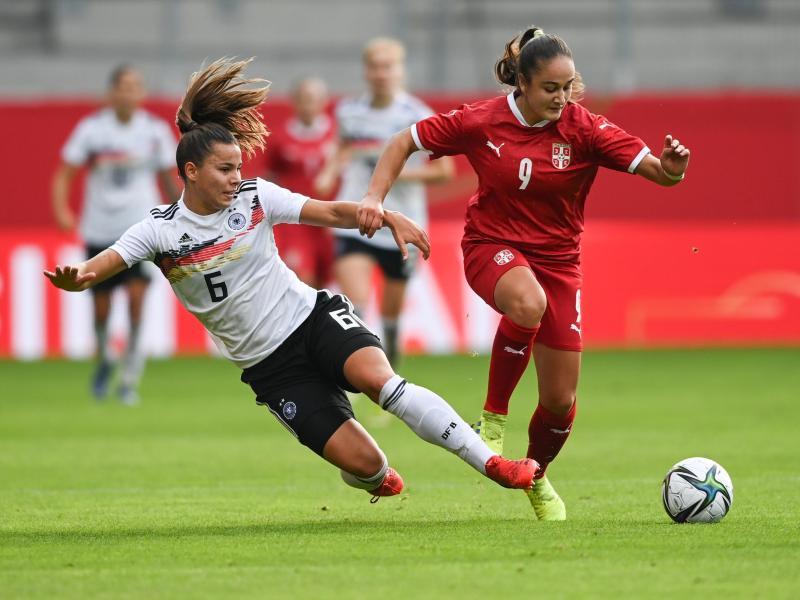 Deutschlands Lena Sophie Oberdorf (l) im Duell um den Ballbesitz gegen Serbiens Nina Matejic. Foto: Hendrik Schmidt/dpa-Zentralbild/dpa