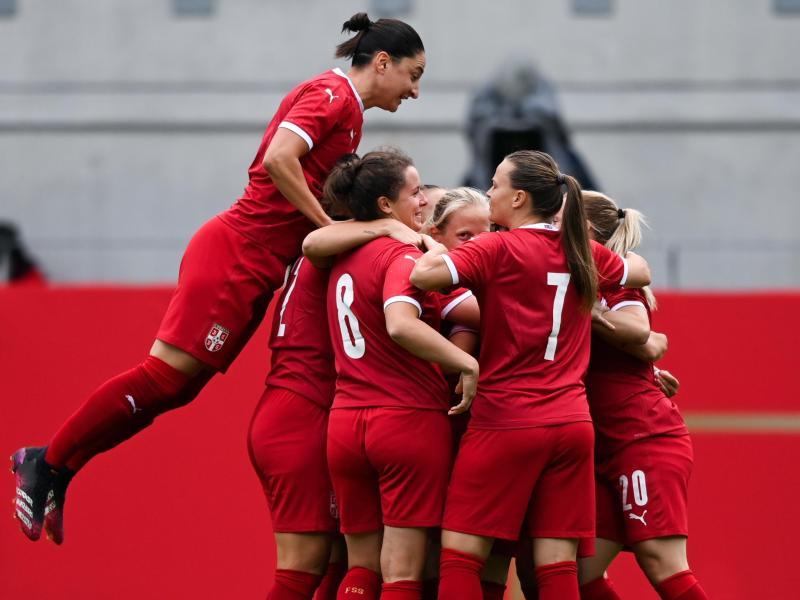 Die serbischen Frauen feiern ihr frühes Tor gegen das deutsche Team. Foto: Hendrik Schmidt/dpa-Zentralbild/dpa