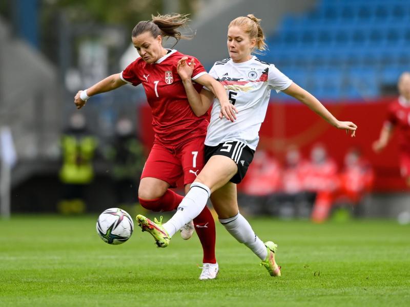 Sjoeke Nüsken (r) kann sich gegen die Serbin Milicia Mijatovic beim Kampf um den Ball durchsetzen. Foto: Hendrik Schmidt/dpa-Zentralbild/dpa