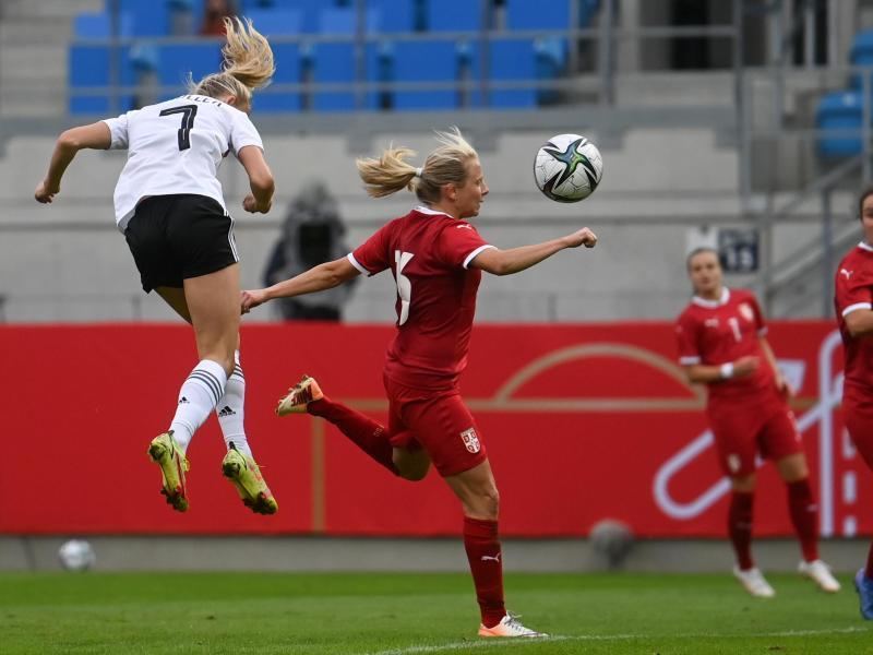 Lea Schüller (l) trifft neben Serbiens Sara Pavlovic zur 2:1-Führung. Es ist ihr zweites von insgesamt vier Toren. Foto: Hendrik Schmidt/dpa-Zentralbild/ZB