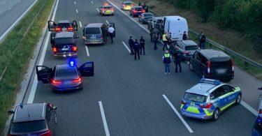 Polizisten und Helfer stehen mit ihren Fahrzeugen auf der Autobahn 9. Foto: Ralph Goppelt/Vifogra/dpa